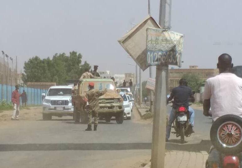 Militari per le strade di Khartoum dopo il tentato golpe