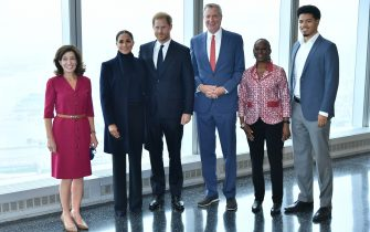 NEW YORK, NEW YORK - SEPTEMBER 23: (L-R) Governor Kathy Hochul, Meghan, Duchess of Sussex, Prince Harry, Duke of Sussex, NYC Mayor Bill De Blasio, Chirlane McCray and Dante de Blasio pose at One World Observatory on September 23, 2021 in New York City. (Photo by Roy Rochlin/Getty Images)