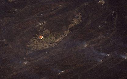 Eruzione Canarie, una casa resiste alla lava del Cumbre Vieja. FOTO