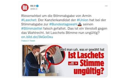 Germania, gaffe di Laschet: piega la scheda male mostrando il voto