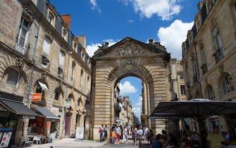 Bordeaux (south-western France): ' rue de la Porte Dijeaux ' street and city gate ' Porte Dijeaux ' in downtown Bordeaux. (Photo by: Andia/Universal Images Group via Getty Images)