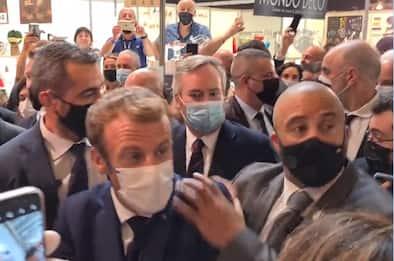 Francia, Macron colpito da un uovo durante una visita a Lione. VIDEO