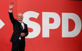 epa09490252 Olaf Scholz, chancellor candidate of the German Social Democrats (SPD), waves to supporters in reaction to initial results at SPD headquarter during the Social Democratic Party (SPD) election event in Berlin, Germany, 26 September 2021. About 60 million Germans were eligible to vote in the elections for a new federal parliament, the 20th Bundestag.  EPA/MAJA HITIJ/ POOL