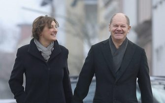 epa04620881 Hamburg's mayor Olaf Scholz (R) and his wife Britta Ernst arrive at a polling station during the state elections in Hamburg, Germany, 15 February 2015. Voters went to the polls in a legislative election in the German state of Hamburg, where the Social Democratic Party (SPD) is hoping to retain its absolute majority. Polls suggest that the Christian Democrats (CDU) will come a distant second in the port city, which has some 1.3 million registered voters. Germany's burgeoning right-wing conservative Alternative for Germany (AfD) party, founded only two years ago, is hoping the election will yield its first seats in a western state assembly.  EPA/JOERN POLLEX