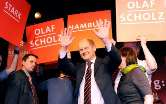 epa02593831 Hamburg's Social Democratic Party SPD candidate Olaf Scholz (C) waves as he acknowledges the applause of supporters after the Hamburg parliamentary elections, in Hamburg, 20 February 2011. Germany's opposition Social Democratic Party (SPD) with its candidate Olaf Scholz was on course to win the state of Hamburg outright, capturing 49.6 per cent of votes in a state election, a first vote-count projection for ARD television said 20 February. The result would give them 63 of the 121 seats in the state parliament and therefore an absolute majority. Chancellor Angela Merkel's Christian Democrats (CDU), with incumbent governor Christoph Ahlhaus, suffered a major loss, falling to only 21 per cent of votes after nine years in power.  EPA/Maurizio Gambarini