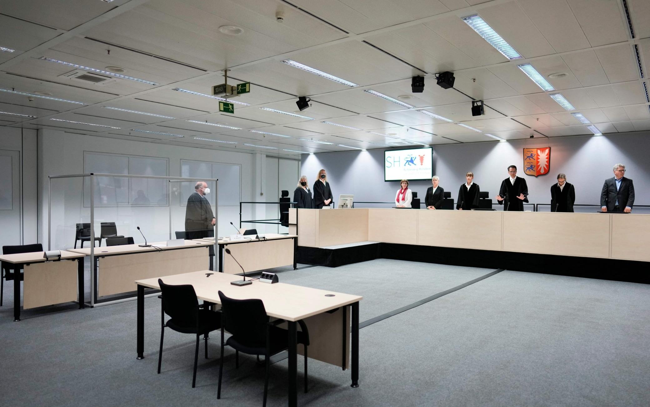 Il presidente giudice Dominik Gross e gli altri giudici al processo contro la 96enne nazista, a Itzehoe, il 30 settembre 2021