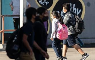 Studenti con mascherine nei pressi di una scuola in California, Usa