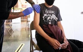 Studente si sottopone a vaccino anti-Covid negli Usa