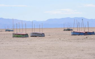 epa05069528 A handout photograph made available by the newspaper La Patria (Diario La Patria) on 15 December 2015 shows a general view of a sector of Lake Poopo, which is now almost totally dry, in Oruro, Bolivia, 11 December 2015. The second largest lake in Bolivia, the Poopo, is in the process of desertification in the Andean region of the country, due to climate change, El Nino and La Nina as well as mining pollution.  EPA/DIARIO LA PATRIA BOLIVIA OUT HANDOUT EDITORIAL USE ONLY/NO SALES