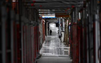 epa09434918 People wearing face masks cross an empty street in Melbourne, Australia, 29 August 2021. The state of Victoria has recorded 92 new cases of locally acquired Covid-19 in the past 24 hours.  EPA/JAMES ROSS AUSTRALIA AND NEW ZEALAND OUT