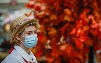 Una donna con mascherina chirurgica a Mosca, in Russia