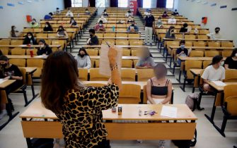 epa09252472 Students attend the explanations before they take their university entrance exams in Madrid, Spain, 07 June 2021. Students in Madrid that begin their college access exams have to keep the safety distance and to use a face mask during the exams to avoid the spreading of the coronavirus Sars-CoV-2.  EPA/Juan Carlos Hidalgo
