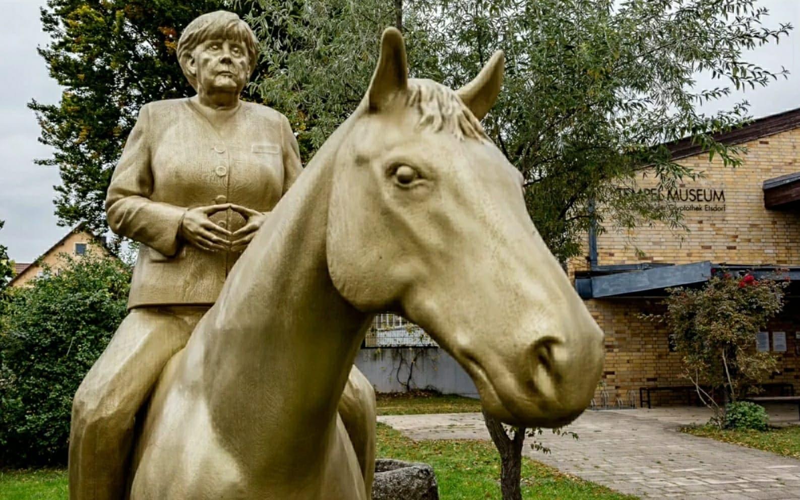 La statua equestre di Angela Merkel