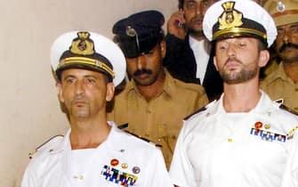 Kollam (India), processo ai Marò Massimiliano Latorre e Salvatore Girone. In foto i militari mentre vengono scortati davanti all'alta corte del Kerala