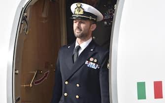 Il maro' Salvatore Girone scende dall'aereo dopo il suo arrivo all'aeroporto di Ciampino, Roma, 28 maggio 2016. ANSA/GIORGIO ONORATI