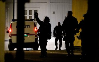 """Police officers cordon off the scene where they are investigating in Kongsberg, Norway after a man armed with bow killed several people before arrested by police on October 13, 2021. - A man armed with a bow and arrows killed several people and wounded others in the southeastern town of Kongsberg in Norway on October 13, 2021, police said, adding they had arrested the suspect. """"We can unfortunately confirm that there are several injured and also unfortunately several killed in this episode,"""" local police official Oyvind Aas told a news conference. """"The man who committed this act has been arrested by the police and, according to our information, there is only one person involved."""" - Norway OUT (Photo by Håkon Mosvold Larsen / NTB / AFP) / Norway OUT (Photo by HAKON MOSVOLD LARSEN/NTB/AFP via Getty Images)"""