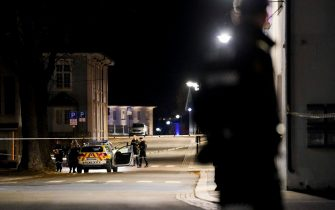 """Police officers cordon off the scene where they are investigating in Kongsberg, Norway after a man armed with bow killed several people before he was arrested by police on October 13, 2021. - A man armed with a bow and arrows killed several people and wounded others in the southeastern town of Kongsberg in Norway on October 13, 2021, police said, adding they had arrested the suspect. """"We can unfortunately confirm that there are several injured and also unfortunately several killed in this episode,"""" local police official Oyvind Aas told a news conference. """"The man who committed this act has been arrested by the police and, according to our information, there is only one person involved."""" - Norway OUT (Photo by Håkon Mosvold Larsen / NTB / AFP) / Norway OUT (Photo by HAKON MOSVOLD LARSEN/NTB/AFP via Getty Images)"""