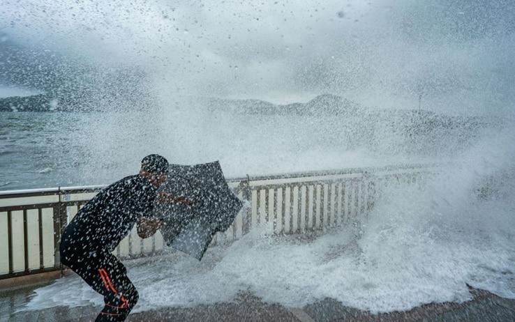 Il tifone sulle coste di Hong Kong
