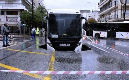Salonicco, pioggia logora la strada e bus sprofonda nell'asfalto. FOTO