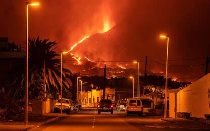 Isole Canarie, continua eruzione vulcano Cumbre Vieja. Voli cancellati
