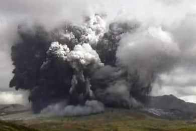 Eruzione sul Monte Aso: è il più grande vulcano attivo del Giappone