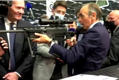 Francia, Zemmour punta fucile d'assalto contro i giornalisti. Video