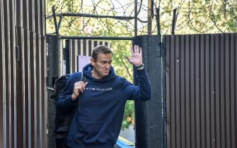 Russian opposition leader Alexei Navalny waves as he leaves the detention centre in Moscow on August 23, 2019. - Kremlin critic Alexei Navalny was released on August 23, 2019, after serving 30 days in jail for urging protests against the exclusion of opposition candidates from upcoming elections in Moscow, his spokeswoman said. (Photo by Vasily MAXIMOV / AFP)        (Photo credit should read VASILY MAXIMOV/AFP via Getty Images)