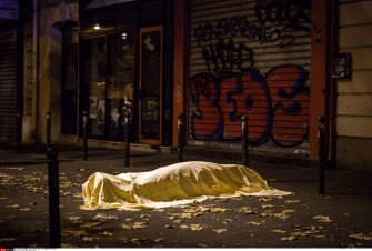 a dead body in the street Over 100 people are reported dead in a series of shootings and explosions in Paris. At the Bataclan concert hall during the concert of US band 'Eagles Of Death Metal', gunmen took hostages and killed them off one by one before blowing themselves up with suicide belts when police began to intervene. The country has declared a national state of emergency. Paris Terroriste Attack, France, 13/11/2015/PRESSLINEPHOTOS_1507.66/Credit:LAURENCE GEAI/SIPA/1511141537 (PARIS - 2015-11-14, LAURENCE GEAI/SIPA / IPA) p.s. la foto e' utilizzabile nel rispetto del contesto in cui e' stata scattata, e senza intento diffamatorio del decoro delle persone rappresentate