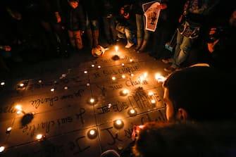 Manifestazione in Place Republique a Parigi a sostegno dei giornalisti del giornale satirico Charlie Hebdo uccisi nell'attentato del 7 gennaio 2015, Parigi 8 gennaio 2015. Ph Fotolive Gianluca Pavarini (Parigi - 2015-01-07, Gianluca Pavarini fotolive) p.s. la foto e' utilizzabile nel rispetto del contesto in cui e' stata scattata, e senza intento diffamatorio del decoro delle persone rappresentate