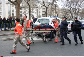 An injured policeman is transported to an ambulance after a shooting, at the French satirical newspaper Charlie Hebdo's office. Masked and Armed gunmen stormed the offices leaving twelve dead, including two police officers. in Paris, France, January 7, 2015/PLV_CHARLIE_VU0024/Credit:LaurentVu/SIPA/1501071937 (Paris - 2015-01-07, LaurentVu/SIPA / IPA) p.s. la foto e' utilizzabile nel rispetto del contesto in cui e' stata scattata, e senza intento diffamatorio del decoro delle persone rappresentate
