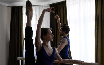TOPSHOT - Bolshoi theatre leading soloist Igor Tsvirko and first soloist Margarita Shrainer attend a lesson in their apartment in Moscow on April 29, 2020 during a strict lockdown in Russia to stop the spread of the COVID-19 infection caused by the novel coronavirus. - In the middle of their bedroom, Bolshoi ballet dancers Margarita Shrainer and Igor Tsvirko have placed a linoleum mat and a barre. Since the start of the lockdown, the couple, both soloists in the legendary troupe, have largely used their own initiative to keep up their dance skills at home. (Photo by Kirill KUDRYAVTSEV / AFP) (Photo by KIRILL KUDRYAVTSEV/AFP via Getty Images)