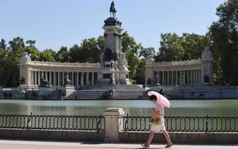 Una donna passeggia in un parco a Madrid