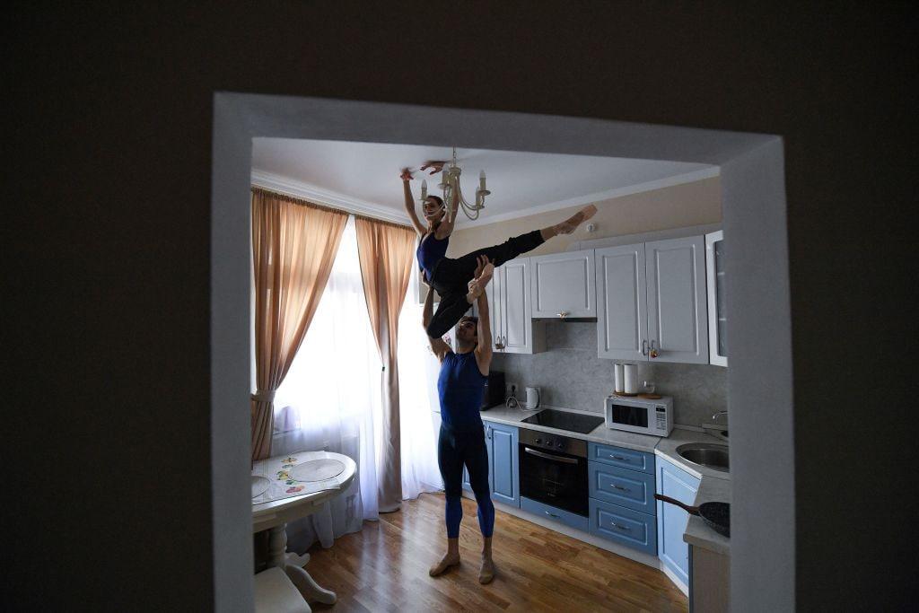Le foto dei ballerini russi del Bolshoi si allenano a casa durante il lockdown