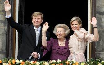 AMSTERDAM, NETHERLANDS - APRIL 30:  HM King Willem-Alexander of the Netherlands, HRH Princess Beatrix Of The Netherlands and HM Queen Maxima of the Netherlands appear on the balcony of The Royal Palace after the abdication of Queen Beatrix of The Netherlands and ahead of the Inauguration of King Willem Alexander of The Netherlands on April 30, 2013  in Amsterdam, Netherlands.   (Photo by Danny Martindale/WireImage)
