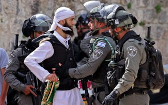 TOPSHOT - A Palestinian argues with Israeli security forces in Jerusalem's Old City on May 10, 2021, ahead of a planned march to commemorate Israel's takeover of Jerusalem in the 1967 Six-Day War. (Photo by EMMANUEL DUNAND / AFP)