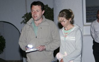 Lagos, PORTUGAL: BYLINE CORRECTION ---- Gerald  McCann (L) and  Kate  McCann  (R) parents of missing 3-year old British girl Madelaine McCann speak to the press 04 May 2007 at the Ocean club appartement hotel in Praia de Luz in Lagos. A senior police officer, Lieutenant-Colonel Costa Gabral, quoted by the Lusa news agency, said Madeline McCann vanished while her parents were out to dinner and could have been snatched.  AFP PHOTO/ VASCO CELIO (Photo credit should read MELANIE MAPS/AFP via Getty Images)