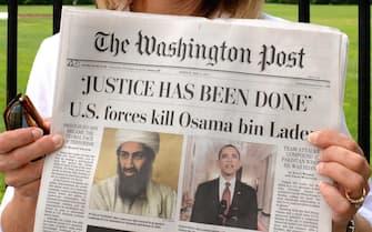 Uccisione di Osama Bin Laden, il mondo intero si interroga sulla vicenda. In foto manifestanti di vari colori politici riunitisi davanti alla Casa Bianca il giorno dopo l'annuncio dell'uccisione. Alcuni inneggiano all'America, altri alla pace......
