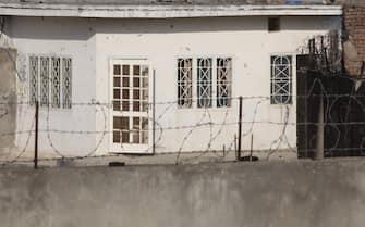 """Abbotabad (Pakistan), la casa di Osama Bin Laden diventata come un'attrazione turistica. Nella foto uno scorcio della porta di ingresso al """"Bin Laden Compound""""......"""