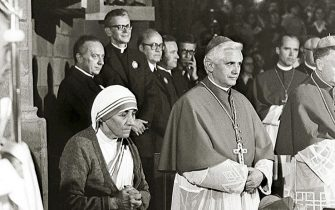 A photo taken during the 85th German Catholics Days in Freiburg between 13 and 17 September 1978 shows the Cardinal Joseph Ratzinger (C) praying next to Mother Teresa. Ratzinger was elected the 265th pope of the Roman Catholic Church 19 April 2005 at the Vatican City, becoming Pope Benedict XVI. AFP PHOTO/KNA-BILD/AUSTRIA OUT SWITZERLAND OUT GERMANY OUT        (Photo credit should read /AFP via Getty Images)