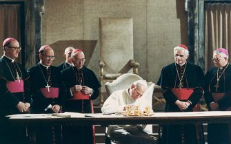 (Original Caption) Pope John Paul II signs the new Roman Catholic Code of Canon Law. (L to R): Msgr. Bruno Fagiolo of the Vatican Secretariat; Msgr. Martinez Somal, Vatican undersecretary of State; Cardinal Agostino Casaroli, Vatican Secretary of State; Pope; West German Cardinal Joseph Ratzinger and Venezuelan Archbishop Rosalio Jose Castillo Lara, Chairman of the Vatican commission that has been revising the code for the last two decades.