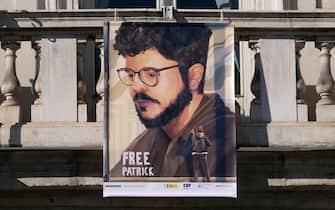 Striscioni per la liberazione di Patrick Zaki detenuto in Egitto esposti dal balcone del comune di Torino, 8 febbraio 2021 ANSA/ALESSANDRO DI MARCO