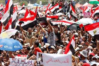 Cairo (Egitto), in migliaia in piazza Tahrir contro lo scioglimento del Parlamento. Decine di migliaia di persone, per lo più sostenitori dei Fratelli Musulmani e partiti islamici, si sono radunate in piazza dopo la preghiera del venerdì per una nuova protesta contro il â  colpo di Statoâ   dello scioglimento del Parlamento egiziano, ispirato dai militari (Cairo - 2012-06-22, Nasser Nouri / IPA) p.s. la foto e' utilizzabile nel rispetto del contesto in cui e' stata scattata, e senza intento diffamatorio del decoro delle persone rappresentate