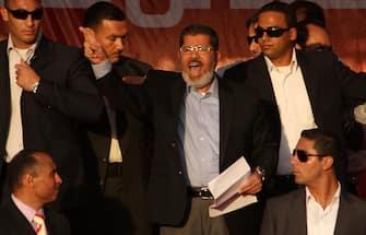 Cairo, il neo Presidente Mohamed Morsi, candidato dei Fratelli Musulmani, è stato accolto da migliaia di persone festanti in piazza Tahrir.  Morsi ha reso omaggio agli egiziani musulmani e cristiani, giurando simbolicamente davanti alla folla alla vigilia della Cerimonia ufficiale di insediamento. (CAIRO - 2012-07-01, AHMED JOMAA / IPA) p.s. la foto e' utilizzabile nel rispetto del contesto in cui e' stata scattata, e senza intento diffamatorio del decoro delle persone rappresentate