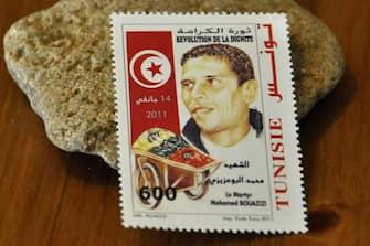 Tunisia, il governo ha rilasciato un francobollo in ricordo di Mohamed Bouazizi, il fruttivendolo la cui protesta (e morte) fu la scintilla che scatenò le proteste in Tunisia poi diffusesi in tutto il mondo arabo ( - 2012-12-17, IPA / IPA) p.s. la foto e' utilizzabile nel rispetto del contesto in cui e' stata scattata, e senza intento diffamatorio del decoro delle persone rappresentate