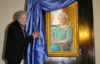 Australian artist Rolf Harris unveils his portrait of Britain's Queen Elizabeth II in the Queen's Gallery at Buckingham Palace in London, 19 December 2005. Harris painted the image to mark the Queen's 80th birthday which will be celebrated next year.         (Photo credit should read ANDREW STUART/AFP/GettyImages)