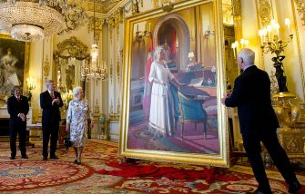 LONDON, ENGLAND - JUNE 06: Canadian artist Phil Richards (L) and Canadian Prime Minister Stephen Harper (2nd L) stand with Queen Elizabeth II as she unveils a portrait of herself in the White Drawing Room at Buckingham Palace as Governor General David Johnston (R) watches on June 6, 2012 in London, England. (Photo by Sean Kilpatrick - WPA Pool /Getty Images)
