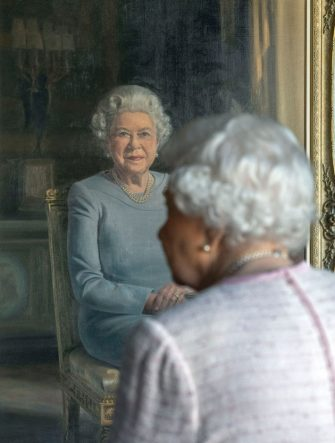 Britain's Queen Elizabeth II, views her new portrait painted by artist Stuart Brown (not pictured) at Windsor Castle on November 30, 2018, commissioned by the RAF Regiment to celebrate its 75th anniversary. (Photo by Steve Parsons / POOL / AFP) / RESTRICTED TO EDITORIAL USE - MANDATORY MENTION OF THE ARTIST UPON PUBLICATION - TO ILLUSTRATE THE EVENT AS SPECIFIED IN THE CAPTION        (Photo credit should read STEVE PARSONS/AFP via Getty Images)
