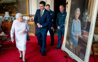 Britain's Queen Elizabeth II, accompanied by (L-R) artist Stuart Brown, Air Commodore Scott Miller, Deputy Commandant of The Defence Academy of the United Kingdom, Warrant Officer Shaun Griffin and Wing Commander Dale White, RAF Force Protection Force, views a her new portrait at Windsor Castle on November 30, 2018, commissioned by the RAF Regiment to celebrate its 75th anniversary. (Photo by Steve Parsons / POOL / AFP) / RESTRICTED TO EDITORIAL USE - MANDATORY MENTION OF THE ARTIST UPON PUBLICATION - TO ILLUSTRATE THE EVENT AS SPECIFIED IN THE CAPTION        (Photo credit should read STEVE PARSONS/AFP via Getty Images)