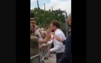 Il momento in cui Emmanuel Macron riceve uno schiaffo da un contestatore