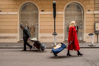 13/03/2020 Roma, Emergenza Coronavirus, citt  deserta e misure di sicurezza. Nella foto una signora torna dalla spesa in via Tomacelli